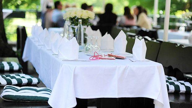 Auf dem Gasthof Hinterbrühl am See in München lässt es sich ganz entspannte und gemütliche Grillfeste feiern. #eventidee #location #münchen #gasthofhinterbrühl #grillen