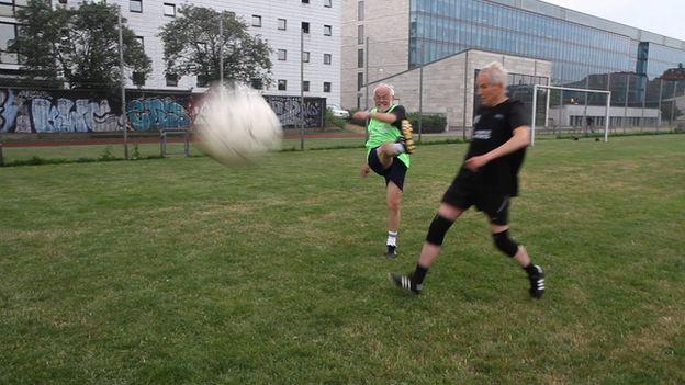 E na Dinamarca, o futebol salva... - http://www.colecaodecamisas.com/dinamarca-projeto-futebol-com-sem-tetos/ #colecaodecamisas