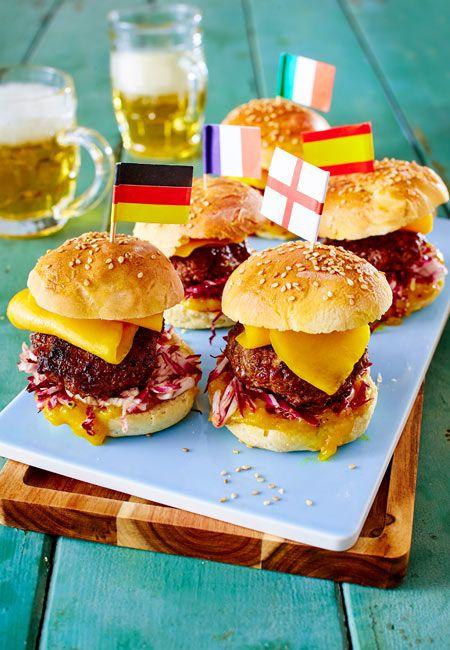 Die kleinen Burger-Brötchen für die leckeren Hochstapler haben wir selbst gebacken. Belegt werden sie dann mit Mini-Buletten, Mango und Salat. So gut!