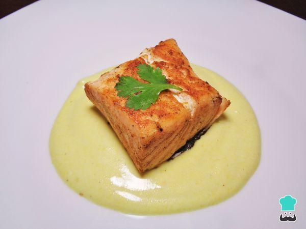 Aprende a preparar salmón a la plancha con salsa de yogur con esta rica y fácil receta. Si te gustan los contrastes de sabores, hoy traemos un plato caliente...