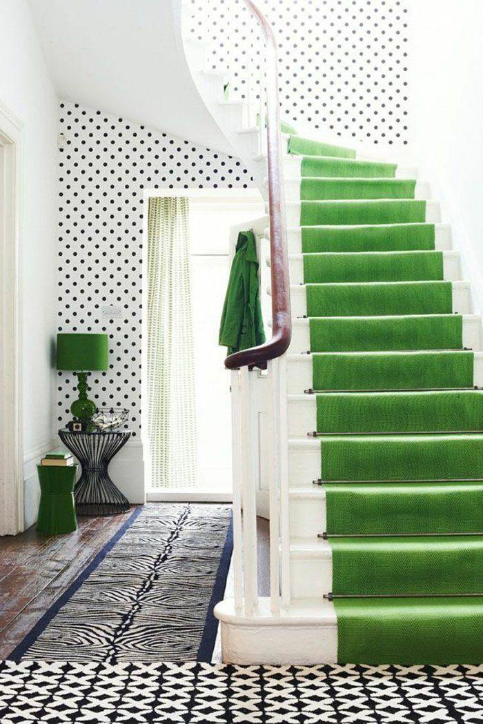 tapis escalier pas cher, tapis vert d'escalier intérieur moderne, escalier en bois