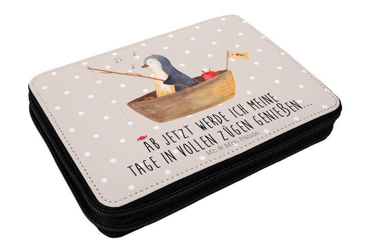 Federmappe Pinguin Angelboot aus Kunstfaser  Natur - Das Original von Mr. & Mrs. Panda.  Diese wunderschöne Federmappe von Mr. & Mrs. Panda ist etwas ganz besonderes. Sie wird liebevoll bedruckt und ist voll bestückt inkl. Bunt- und Filzstiften, Lineal, Spitzer, Radierer. Sie entspricht REACH Verordnung (EG) Nr. 1907/2006     Über unser Motiv Pinguin Angelboot      Verwendete Materialien  Die verwendete sehr hochwertige Kunstfaser ist langlebig, strapazierfähig und abwaschbar und wird von…