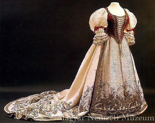 Koronázási női díszruha. XIX.sz. második fele = Coronation robes from second half 19thC. ??Countess György Majláth: 1867