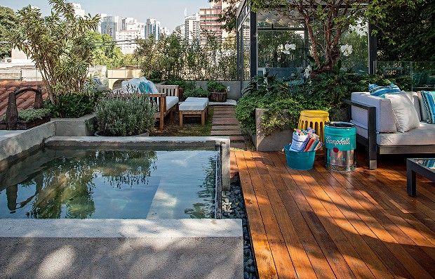Ao ar livre | A cobertura tem piscina com hidromassagem revestida de microcimento com borda infinita de vidro, feita pela Sultanum. Ao red...