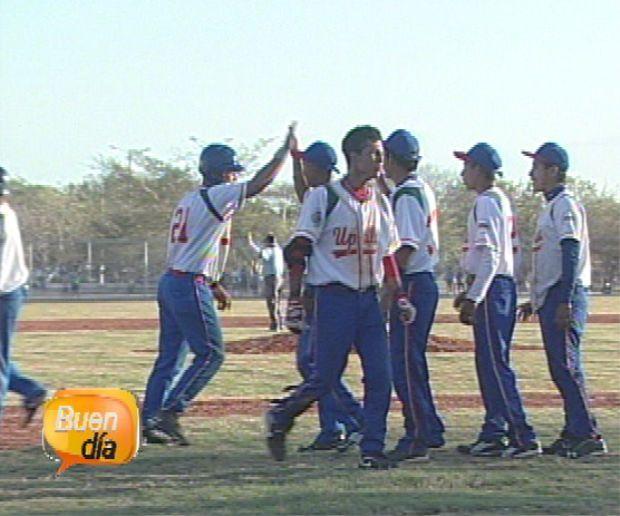 Es un partido de beisbol en San Jose, Costa Rica. El partido de beisbol es dificil y justo.