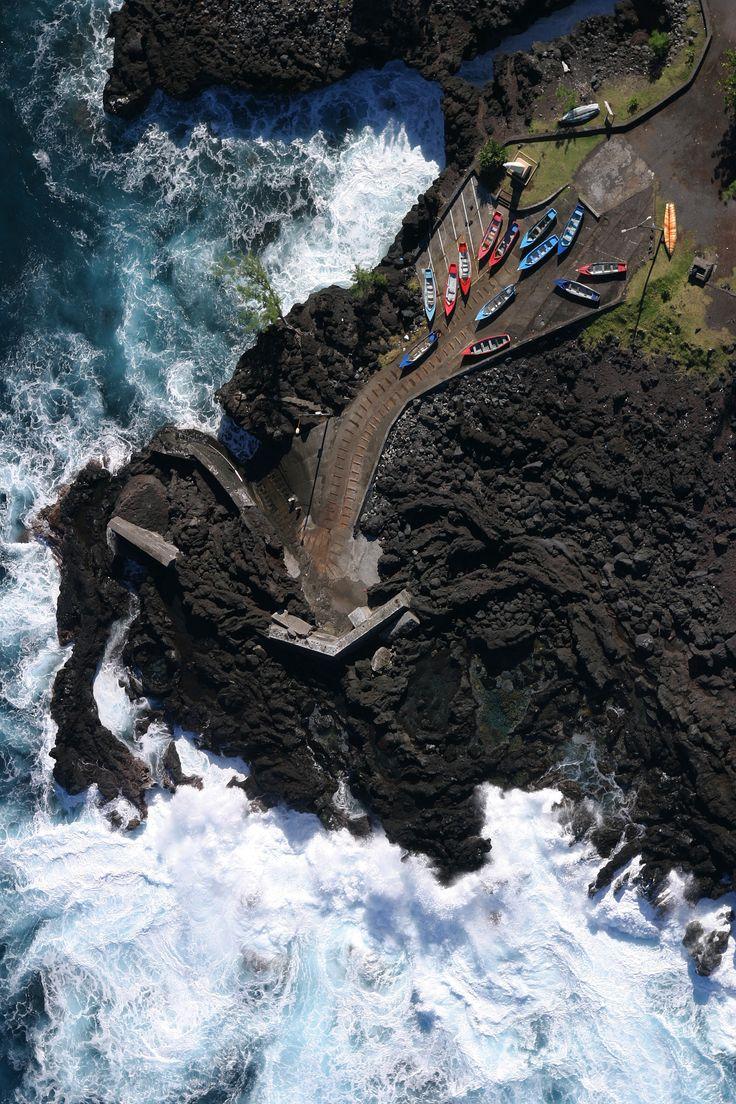 La Réunion - N'est ce pas sympatique ces petites embarcations sur le départ sur fond de mer déchainée. Suivez la flèche ... Et suivez nous pour le projet de film contemplatif sur la Réunion http://www.touscoprod.com/reunion