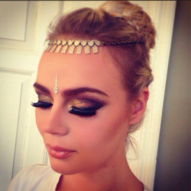 Bollywood makeup done by me @Davinia Huntley@DFMA #bollywoodmakeup #bollywood #ethnicstyle #makeup #motd #mua #makeupartist #bollywoodstyle #indianmakeup #smashbox #contour #highlight #eyelashes #fakelashes #eyes #glitter