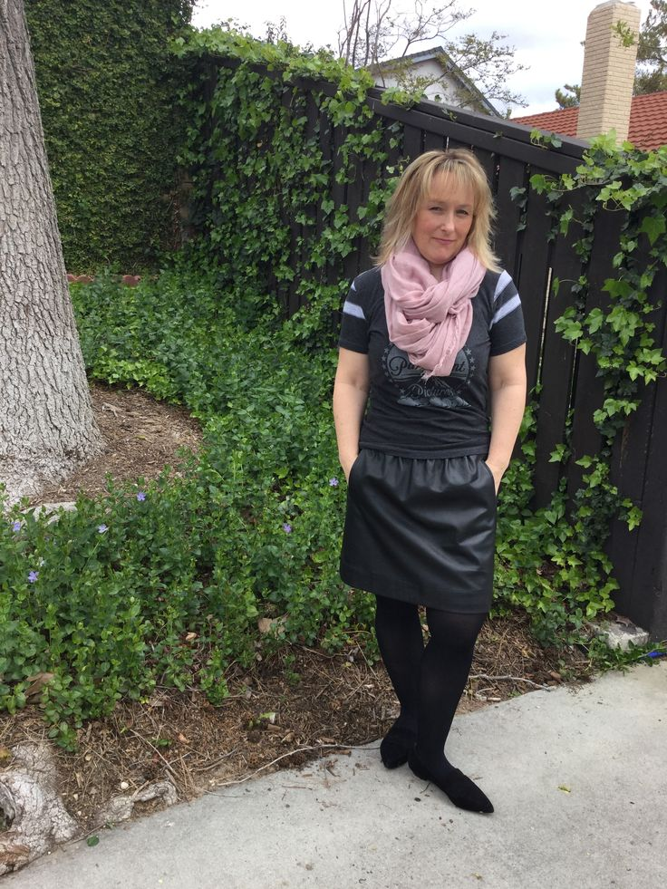 Over 40 fashion / Faux leather skirt