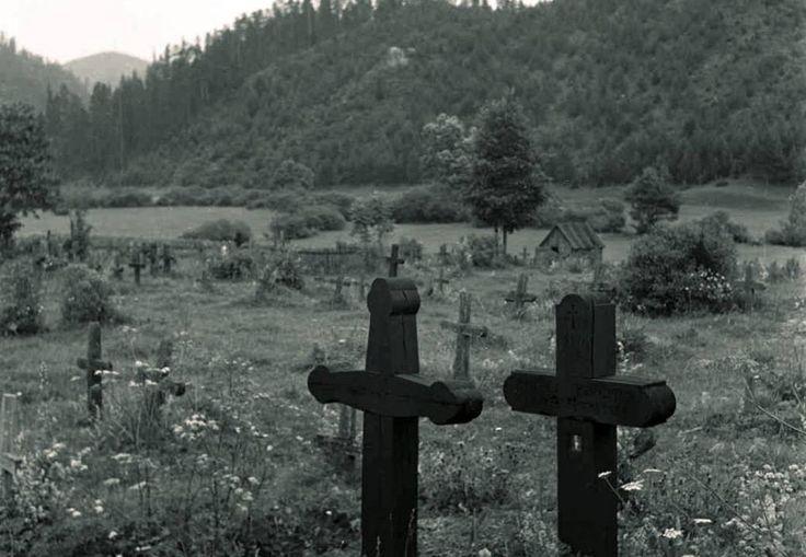 V týchto dňoch si pripomíname našich blízkych, ktorí už nie sú medzi nami. Ľudia chodia masovo na cintoríny, na hroby kladú okázalé vence a kahance, aby sa v noci miesta posledného odpočinku zahalilido čarovného svetla sviečok. Unikátne čiernobiele zábery z Horehronia však ukazujú, ako si toto obdobie uctievali naši predkovia. Rozdiel je pritom markantný.