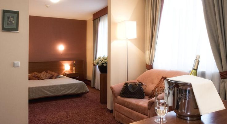 Classic Hotel Kraków Classic Hotel is located within a 5-minute walk from Kraków's Main Market Square, just off the Planty Park. It offers spacious, air-conditioned rooms with free wired internet and satellite TV.