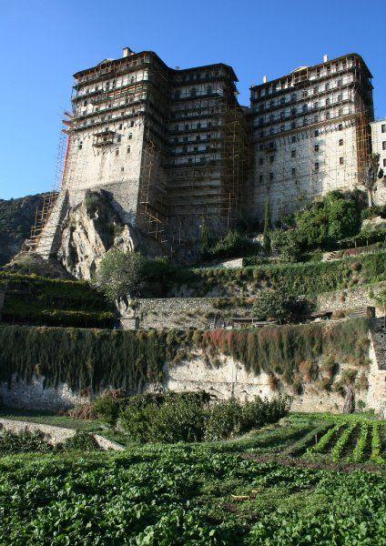 Klosterrepublik Athos: Das Kloster Simonos Petras liegt an der Westküste der Halbinsel. Aufgrund seiner Bauweise erinnert es an tibetische Klöster.
