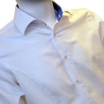 Clock shirt-ul este camasa care iti da posibilitatea sa iti pui in evidenta ceasul, dar in acelasi timp, iti ofera posibilitatea sa il privesti fara a mai fi nevoit sa iti ridici manseta. Este o camasa eleganta, tip business, dar si plina de fantezie. Croiul camasii este slim fit.