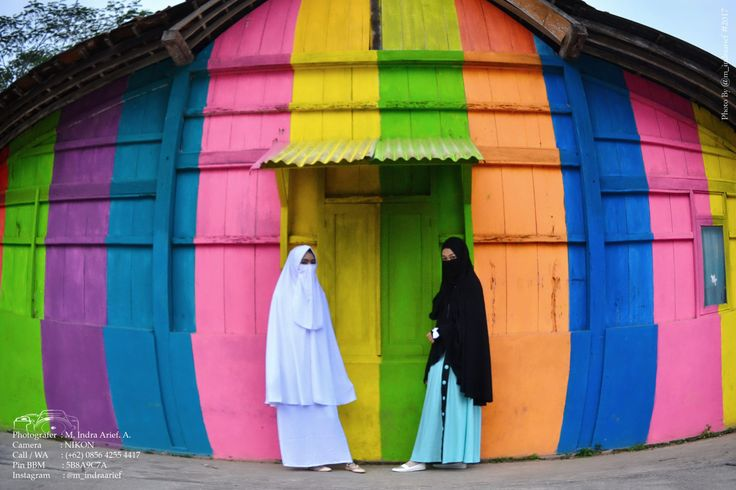 Brugpic.com - Rainbow Bejalen Village, Ambarawa, Semarang, Central Java. Some of them look stylish beside the walls of residents' houses along the river, and then some others immortalize the picture of the stylish person using the camera.   #Hijabers #Hunting #model