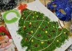 Предлагаю приготовить новогодний салат Елочка. Такая красота должна присутствовать на каждом столе, ведь это волшебный зимний праздник. Нам хозяюшкам так хочется подать на стол самые красивые и пестрые блюда. Порадовать близких и друзей своими кулинарными шедеврами. Салат готовится довольно быстро и легко, для быстроты я смешала все ингредиенты и выложила их в форме елки. Да и вкусы у слоеных салатов отличаются от перемешанных это вам решать, как выкладывать елочку. Главное, вкусно получится…
