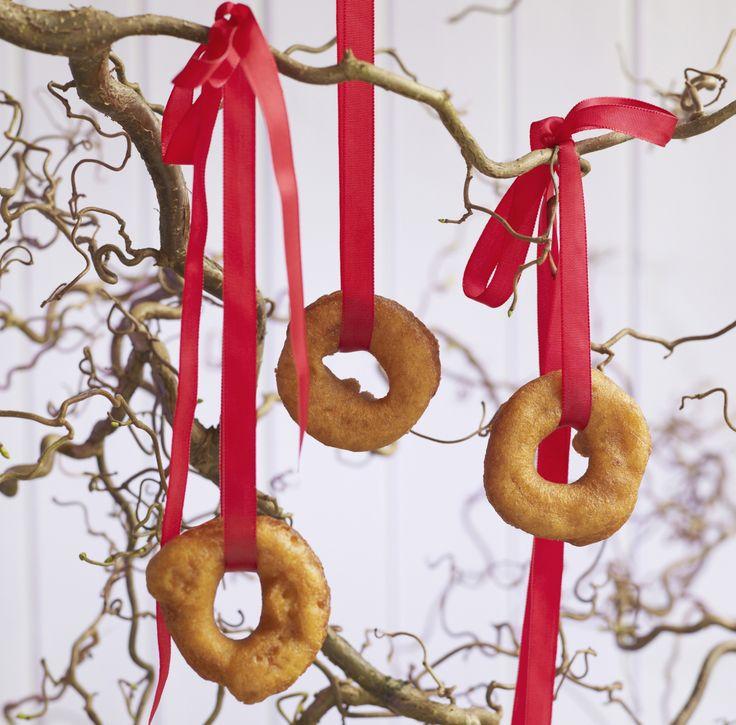 Smultringer er klassiske julekaker. Bakt med kardemomme, rømme og fløte i smult smaker de best nystekte, men kan fryses og varmes opp igjen før servering.