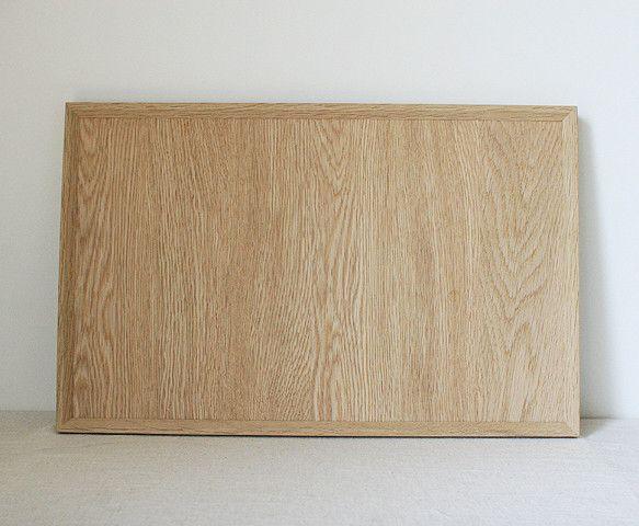 size  約44×28×2.4 cm木目が美しい楢材の無垢板のトレイです。一人分の夕食にちょうどいいサイズだと思います。写真の仕上げ...|ハンドメイド、手作り、手仕事品の通販・販売・購入ならCreema。