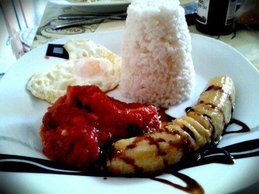 Hoy comemos arroz a la cubana. Con pisto manchego,  plátano de Canarias frito y huevo de gallina de corral. Vuelta a lo sencillo. Back to the roots