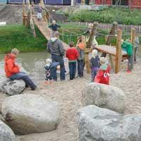 Bouwspeeltuin De Albatros - Moerasvaren 28, 3452 KG Vleuten. In deze bouwspeeltuin kunnen kinderen naast hutten bouwen ook nog 'vlotvaren'. Er is een zandstrandje met wiebel touwbrug naar een eiland, een pierenbadje met waterpomp en een volleybalveldje.
