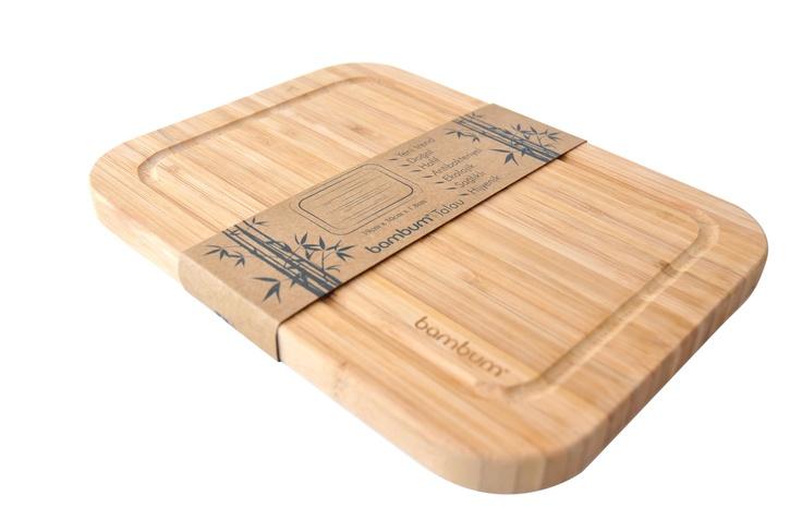%100 bambudan üretilen Bambum kesme tahtaları, bambunun sert ve dayanıklı yapısı sayesinde elinizden düşüremeyeceğiniz özel kesme tahtalarınız olacaktır. Bambum Talau kanallı yapısı ile doğradığınız besinlerin suyunun tezgahınıza akmasını engellmekle beraber üç farklı boy seçeneği ile mutfağınızdaki tüm kesme tahtası ihtiyacınıza çözüm sunacaktır.     Ürün Boyutları (cm) : 39x30x1.8
