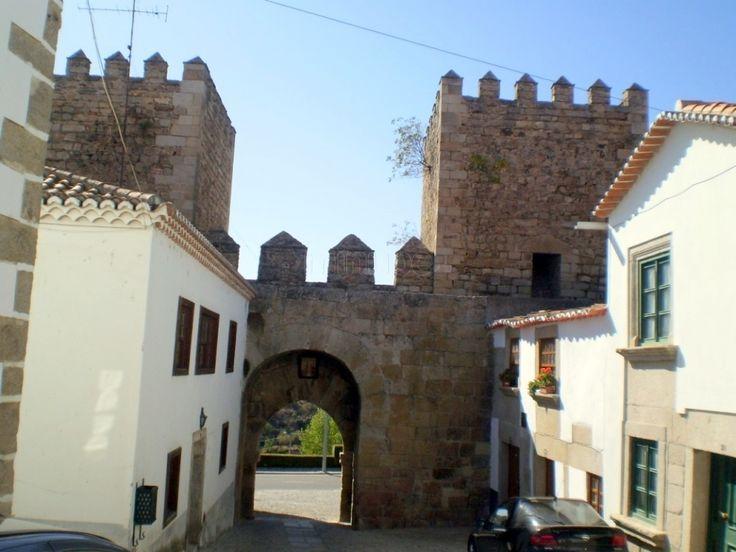 Una de las Puertas medievales que se conservan en la Muralla de Miranda do Douro. De las otras puertas apenas quedan ruinas. Se encuentra al final de la calle contalinha.