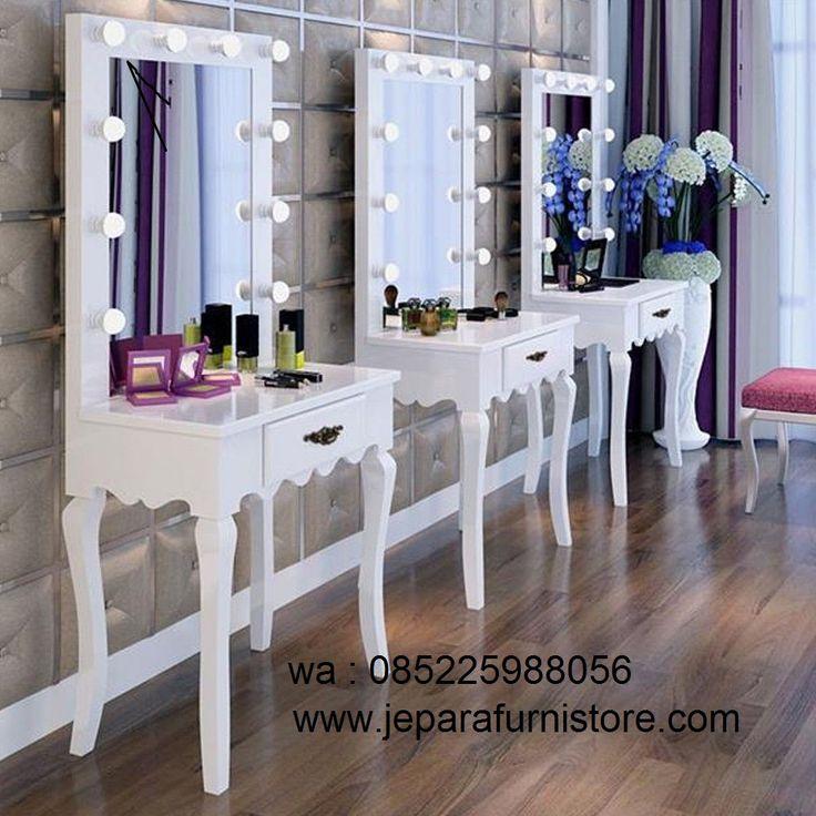 Meja Rias Lampu Klasik Warna Putih atau meja makeup salon ini memiliki 10 lampu LED untuk menerangi anda pada waktu bermakep