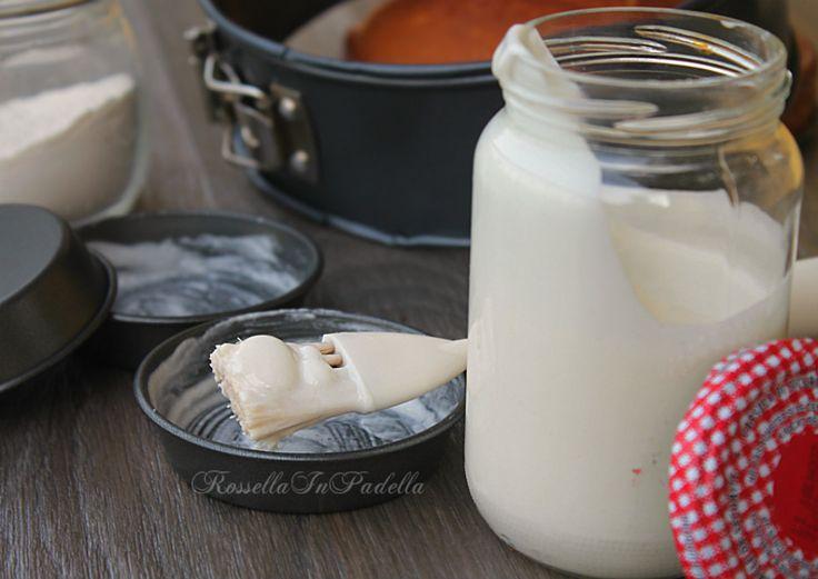 Crema antiaderente per imburrare gli stampi--80 gr di farina riso (oppure farina 00. Per i dolci al cacao, potrete aggiungere del cacao. per es 60 gr di farina + 20 gr di cacao) 50 gr di burro o margarina 120 gr di olio di arachidi