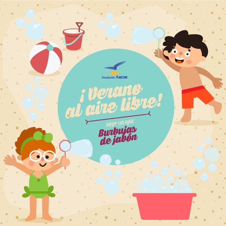 Para los niños pequeños que todavía no saben nadar, ¡también hay juegos divertidos con agua! Podemos divertirlos enseñándoles a soplar burbujas de jabón. Para hacer la mezcla sobre la que luego sumergiremos el aro, tan sólo hay que mezclar en un recipiente una parte de detergente en diez partes de agua ¡y a soplar!
