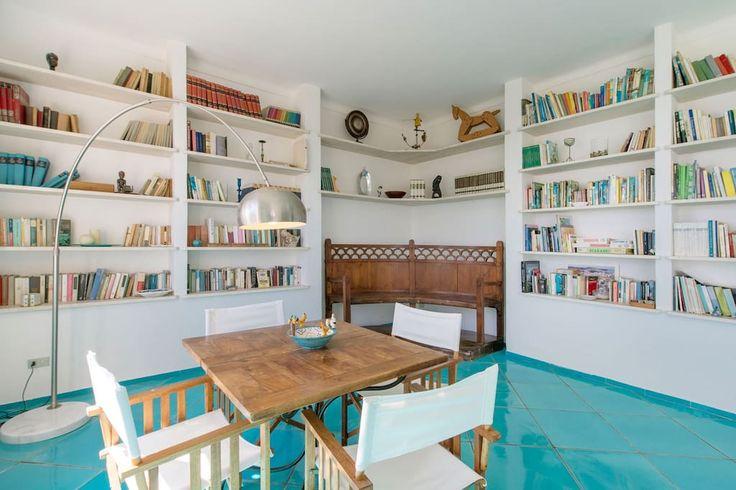 in Procida, IT. Villa su due piani con ampio giardino ed accesso al mare sulle rocce di una splendida insenatura che guarda l'isola di Capri. Il piano superiore è composto da 5 camere da letto con 4 bagni ed un ampio salone. Il piano sottostante ha due saloni, un...