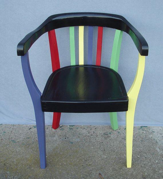 Blickfang als Wohn-Akzent oder für Café, Restaurant, Gallerie, Laden etc.:  Gropius Stil Bauhaus Stuhl, als Deko Stuhl in schwarz-bunt aufgearbeitet, ca. 20er Jahre  Der Stuhl ist aus den ca. 20er Jahren. Er war in keinem gutem Zustand mehr. Die Sitzfläche war mit Linoleum beklebt und völlig zerschlissen. Ich habe es mühevoll entfernt. Dennoch wäre eine Aufarbeitung zum Originalzustand zu aufwendig gewesen.  So habe ich mir erlaubt, den Stuhl mutig in schwarz mit Farb-Akzenten in Rubin-Rot…