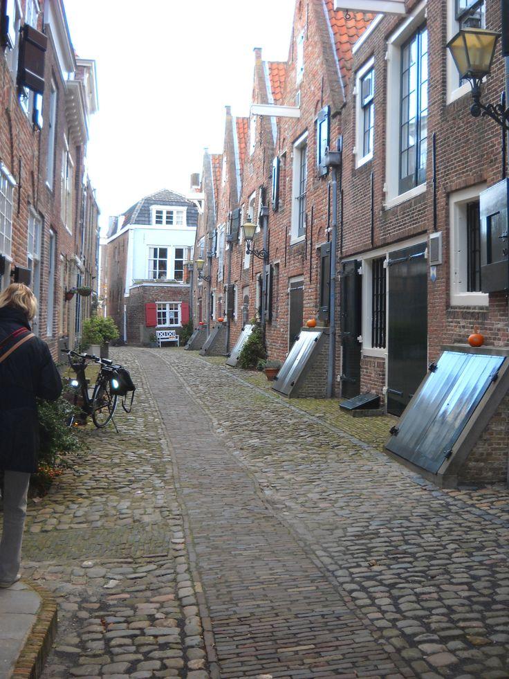 De Kuiperspoort. Een prachtige gerenoveerde straat in Middelburg. Voorheen stonden hier de pakhuizen van de Oostindische Compagnie.