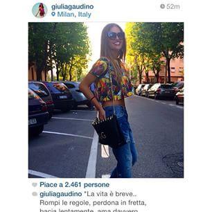 Giulia Gaudino indossa clutch Lounge Suite Ventitré