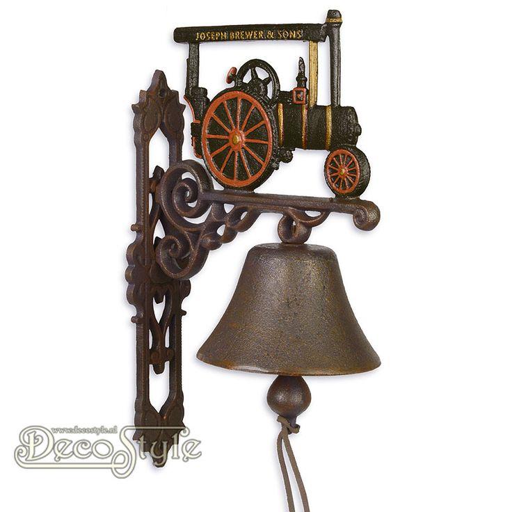 Gietijzeren Deurbel Stoom Tractor  De nostalgische deurbel die het altijd doet. Prachtige zware gietijzeren deurbel met voorstelling van een stoom tractor aan de bovenzijde. Deze gietijzeren bel kan aan een muur worden bevestigd. Bijvoorbeeld naast uw voordeur. Materiaal: Handbewerkt gietijzer Afmetingen: Hoogte: 32 cm Breedte: 15 cm Diepte: 24 cm CAST IRON PAIR OF BELLS OLD TRACTOR