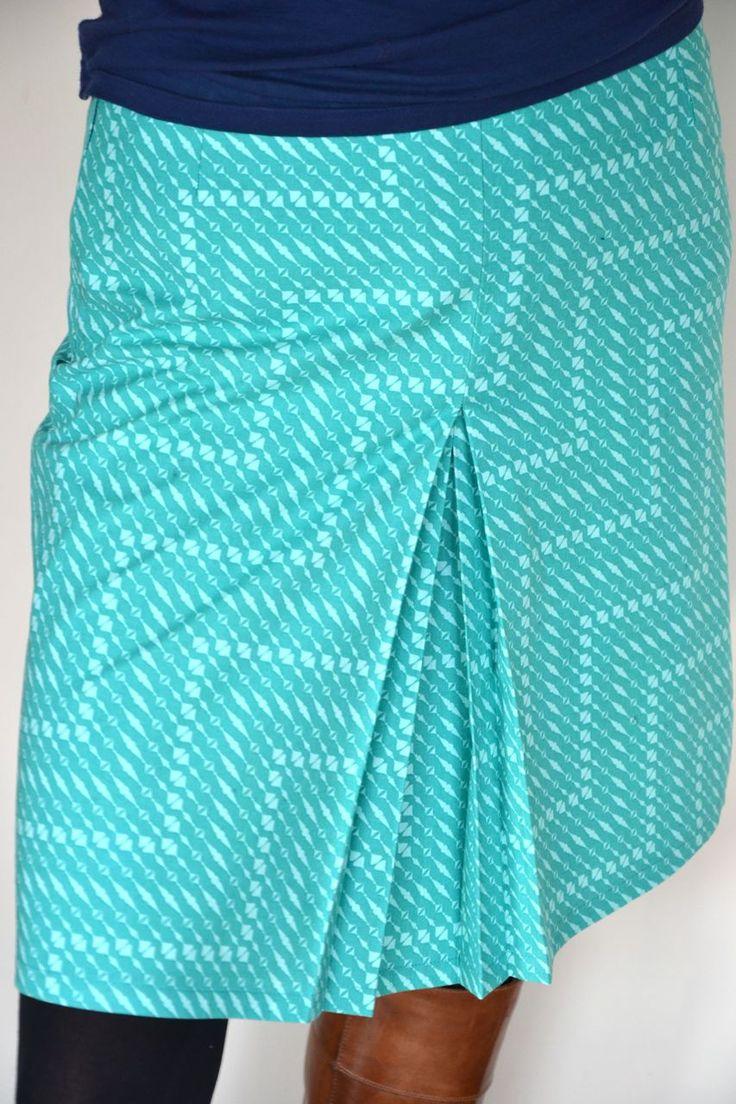 Een eenvoudige rok uit dè Burda (ja, die van september 2012 uit de bib) past mij als gegoten. De rok is snel klaar en dat h...