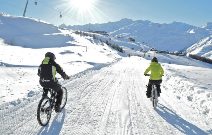 Le VTT sur neige - Quelques modifications ont été apportées au vélo tout-terrain (VTT) classique : vélo suspendu, freins à disque hydraulique et pneus cramponnés. La discipline est réservée aux casses-cou et peut atteindre une vitesse de 90 km/h. Des pistes spécialement dédiées ont notamment vu le jour dans les stations françaises des Ménuires ou d'Avoriaz.