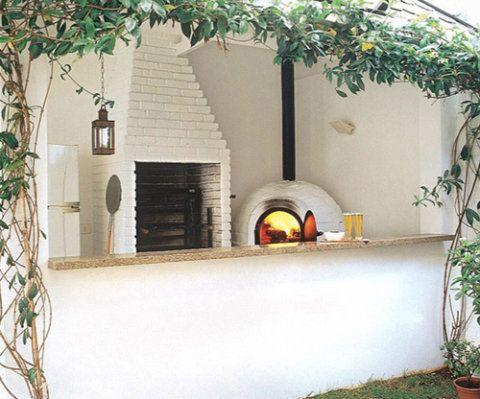 Por trás do balcão de alvenaria com tampo de granito, churrasqueira e forno de pizza. Neste terraço, projetado pelos arquitetos Sandra Ruiz e Shintaro Arakawa, a estrutura da cobertura leva madeira recoberta por telhas de ardósia. O revestimento do forno e churrasqueira é de tijolos refratários pintados de branco.