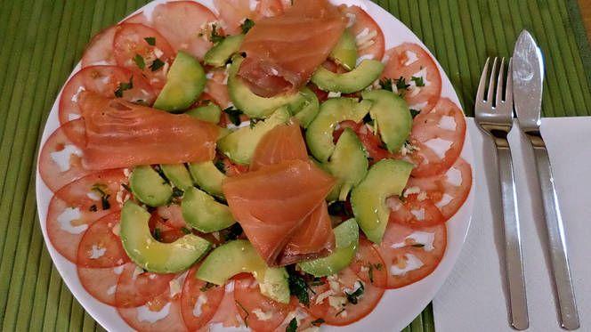 Carpaccio de tomate y aguacate con salmón ahumado