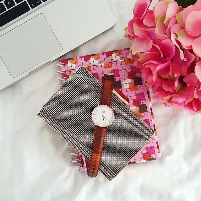 """¿Sabes cuál sería el regalo perfecto para mamá? Un bonito reloj de @danielwellington  Compra este o el modelo que quieras y utiliza el código """"shepetite"""" y obtén un 15% de descuento.  Si realizas tu pedido en la web, antes del 10 de Mayo, el envío es gratis además de incluir un elegante envoltorio de regalo y una tarjeta de felicitación. ¿Qué esperas? Sorprende a mamá en su día.  Compra aquí: https://www.danielwellington.com/"""