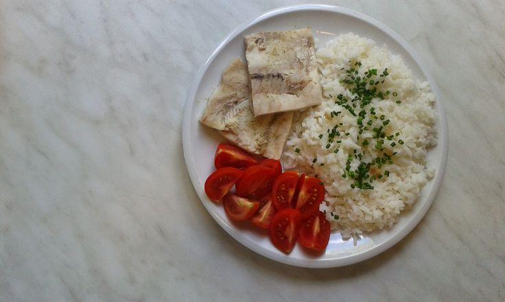 rybí filé s rýží a rajčátky