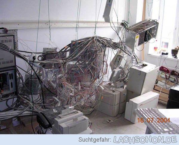 Arbeitsplatz - rack,Saustall,ungeordnet,chaos,arbeitsplatz,rechner,kabel,computer