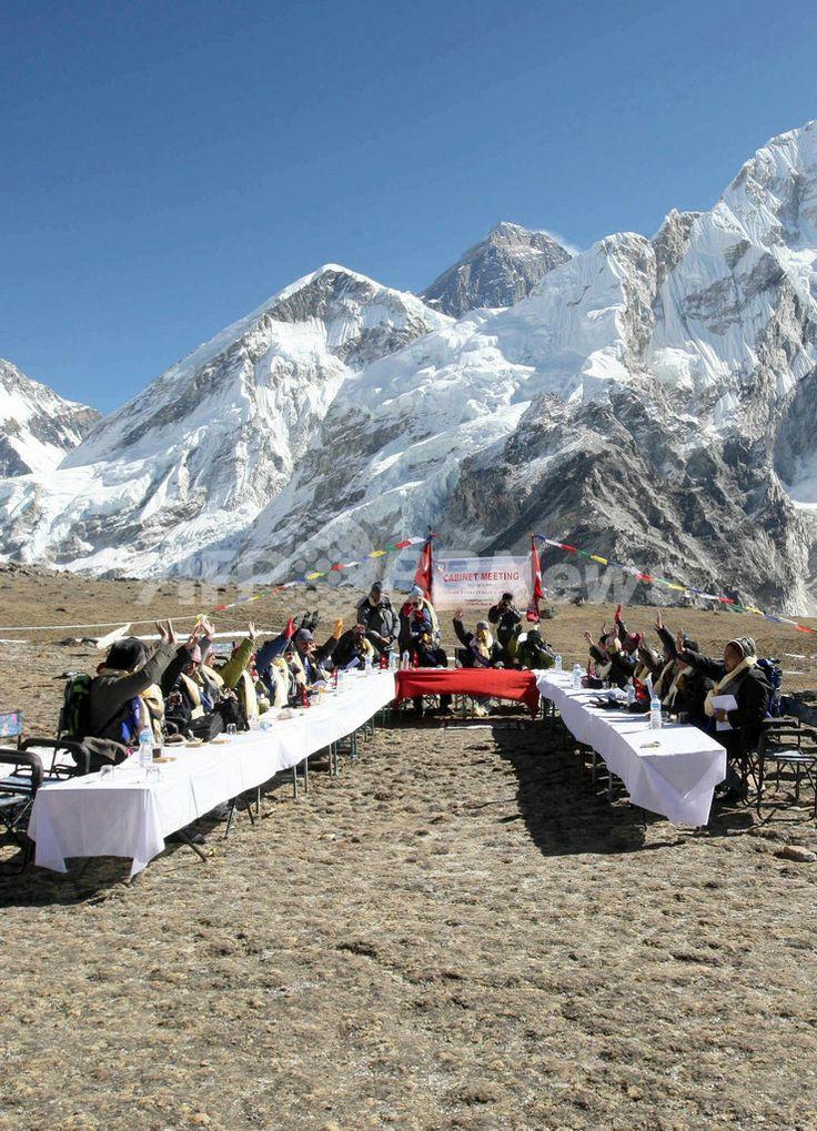 世界最高峰エベレスト(Mount Everest)の標高5262メートルのカラパタール峰(Kalapattar Plateau)で閣議を開くネパール政府閣僚(2009年12月4日撮影)。(c)AFP/Prakash MATHEMA ▼4Dec2009AFP|標高5000メートルの「エベレスト閣議」実施、ネパール http://www.afpbb.com/articles/-/2671295 #Nepal #Mount_Everest #Kalapattar_Plateau #Everest #Chomolungma #Qomolangma