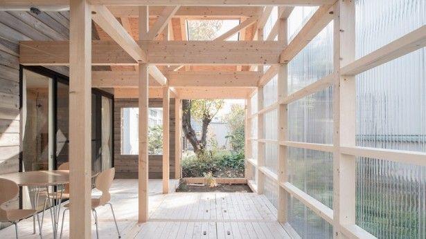 Dit huis is vanbinnen super licht door de vele ramen en transparante golfplaten