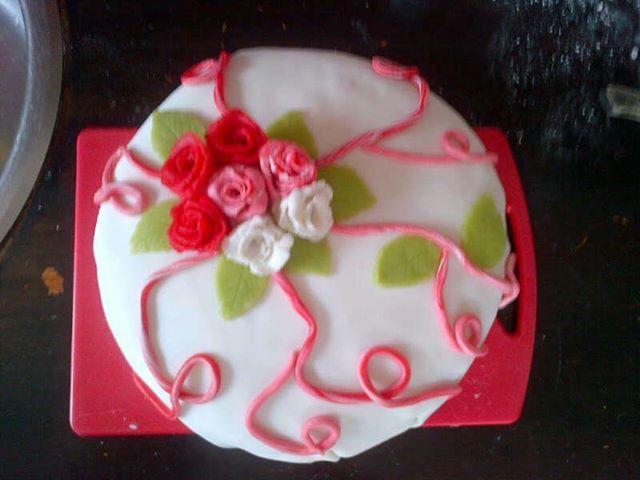 Roze en witte rozentaart