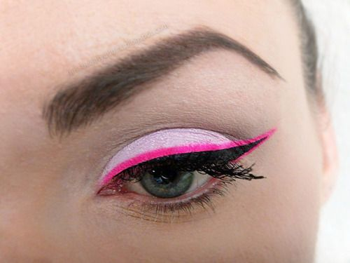 Love this bright pink eyeliner & light pink eyeshadow combo!