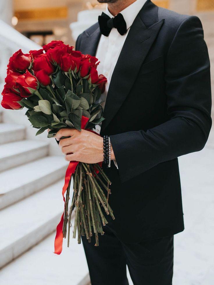 Поздравления девушка с букетом цветов и парень