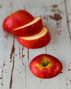 Как сделать хороший антицеллюлитный массаж с помощью обычного яблока