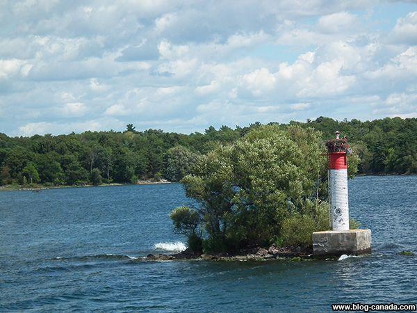 Un petit îlot dans la région des Milles-Îles à #Gananoque près de #Kingston ( #Ontario, #Canada) #1000islands #cruise #thousandislands