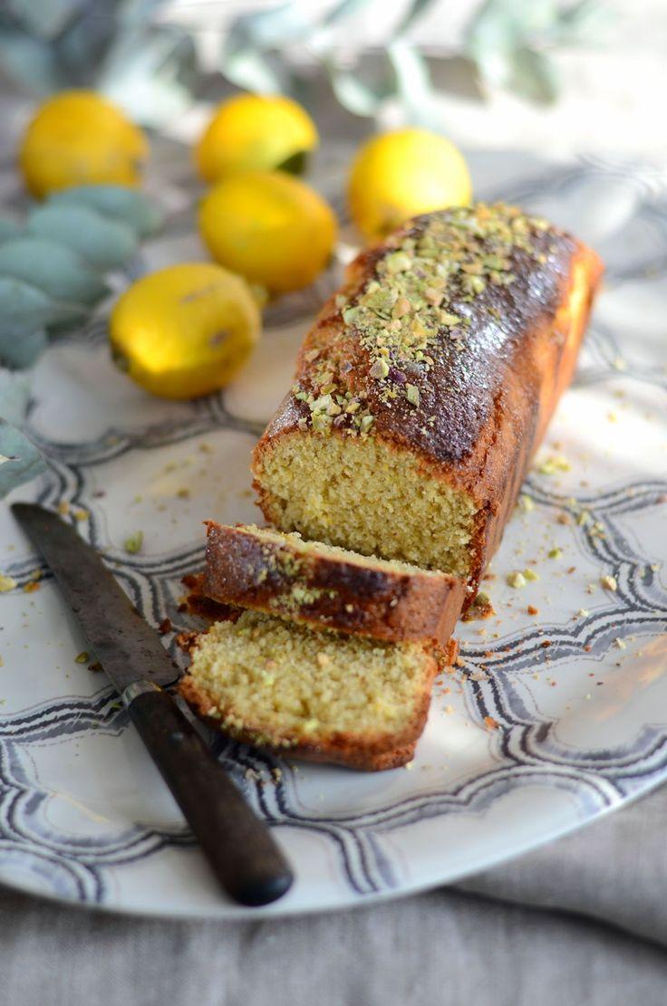 Cake au citron et aux pistaches. Recette facile à faire et parfaite en dessert léger et pour le goûter.