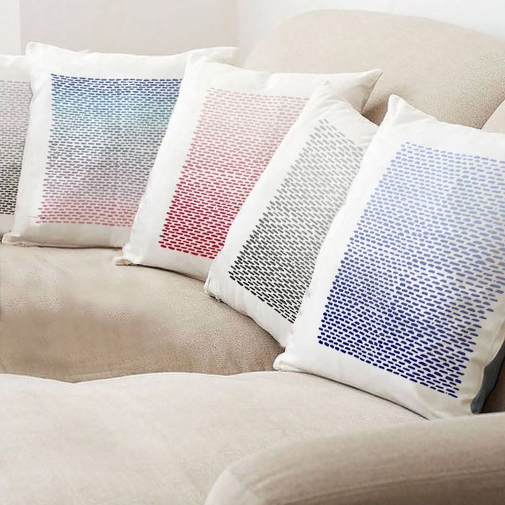 Coussins design blanc à rayures dans les dégradés de bleu et de rouge en lin et coton Edito Paris. Ce coussin en 45 x 45 cm est fabriqué en France.  #coussins #graphiques #déco #décoration