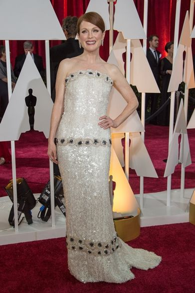 Julianne Moore|ジュリアン・ムーア  映画『アリスのままで』の主演女優賞ではじめてオスカーを獲得したジュリアン・ムーア。  ドレス:シャネル ジュエリー:ショパール