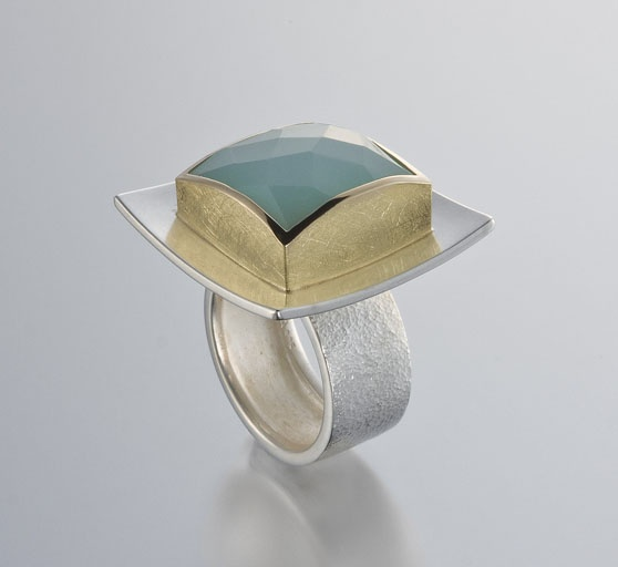 Ring | Janis Kerman. Sterling silver, 18kt yellow gold and faceted crysophase.